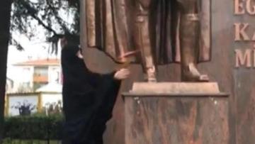 Çarşaflı Provokatör Çorlu'da Atatürk Anıtına Saldırdı